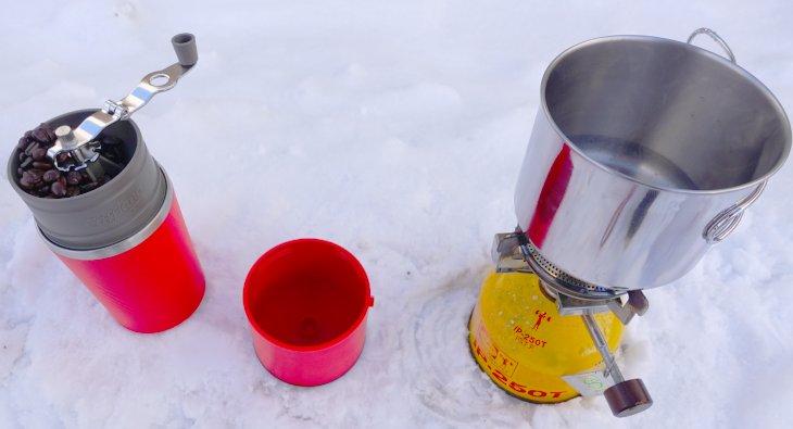雪の上でコーヒーを淹れる
