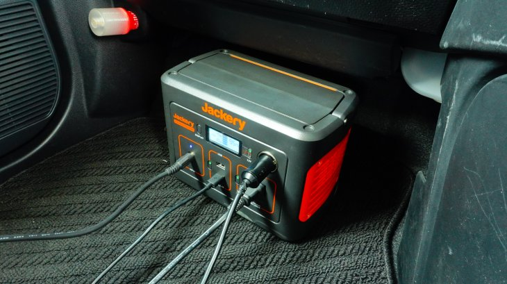 Jackeryポータブル電源240を助手席足元に設置してみた